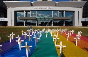 Des croix sur un drapeau gay représentent les personnes mortes à cause de l'homophobie au Brésil