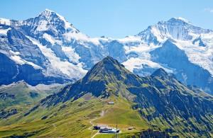 le mont Lungfrau dans les Alpes Suisses via Shutterstock