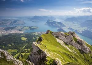Une vue sur le lac Lucerne et les montagnes Rigi et Buergerstock en Suisse via Shutterstock