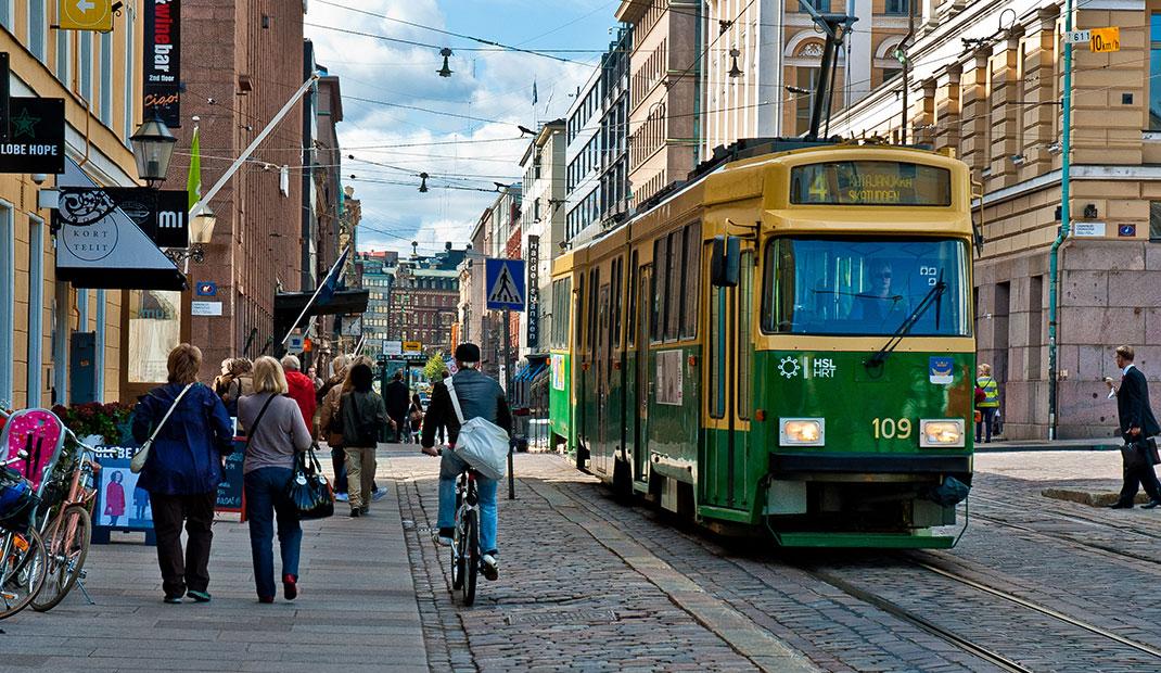 Un tramway nommé désir ... vert dans les rues d'Helsinki
