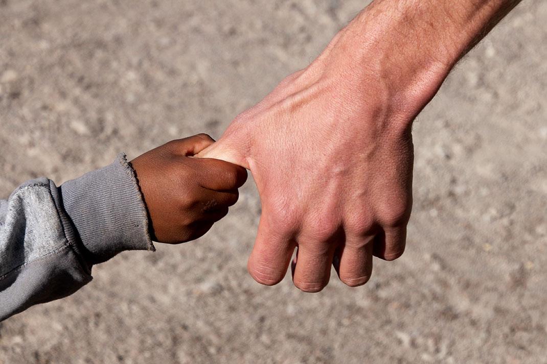 L'entraide, seule moyen de détruire la violence sociale via Shutterstock