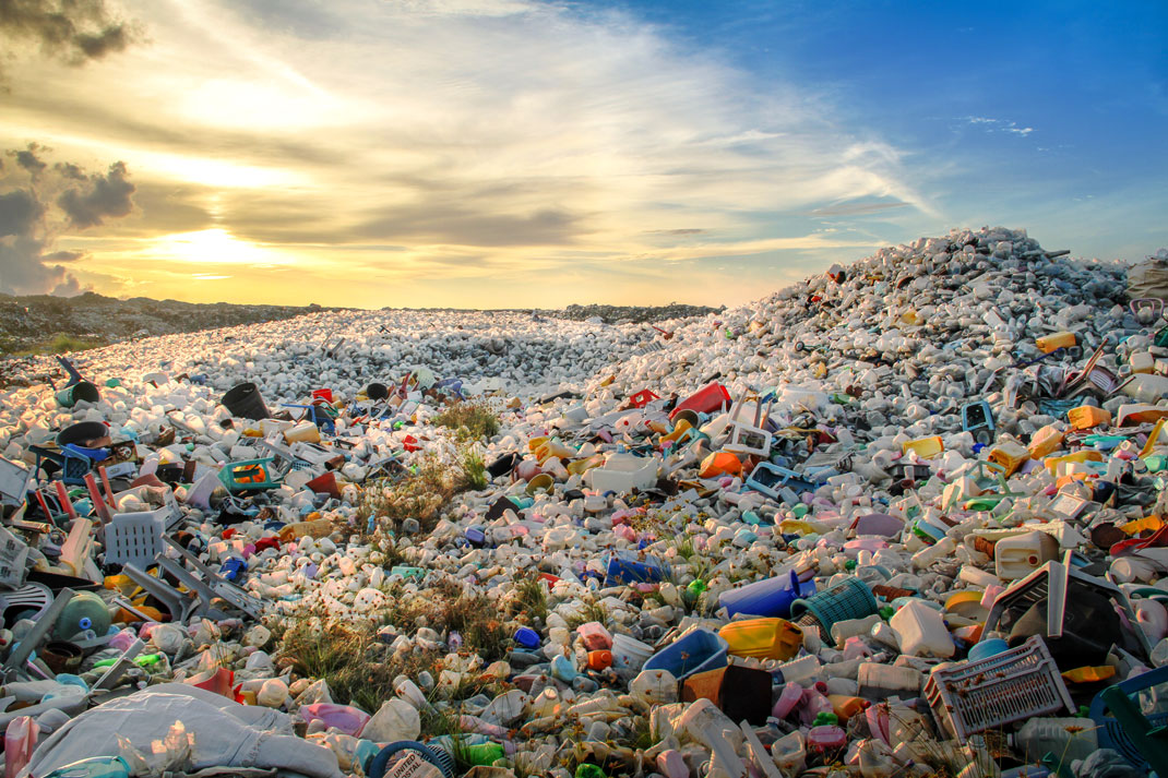Des montagnes de sacs plastiques via Shutterstock