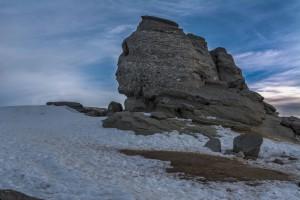 Le sphinx des Bucegi dans la pénombre via Shutterstock