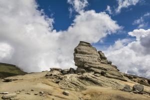 Le sphinx de Bucegi sous un ciel nuageux via Shutterstock
