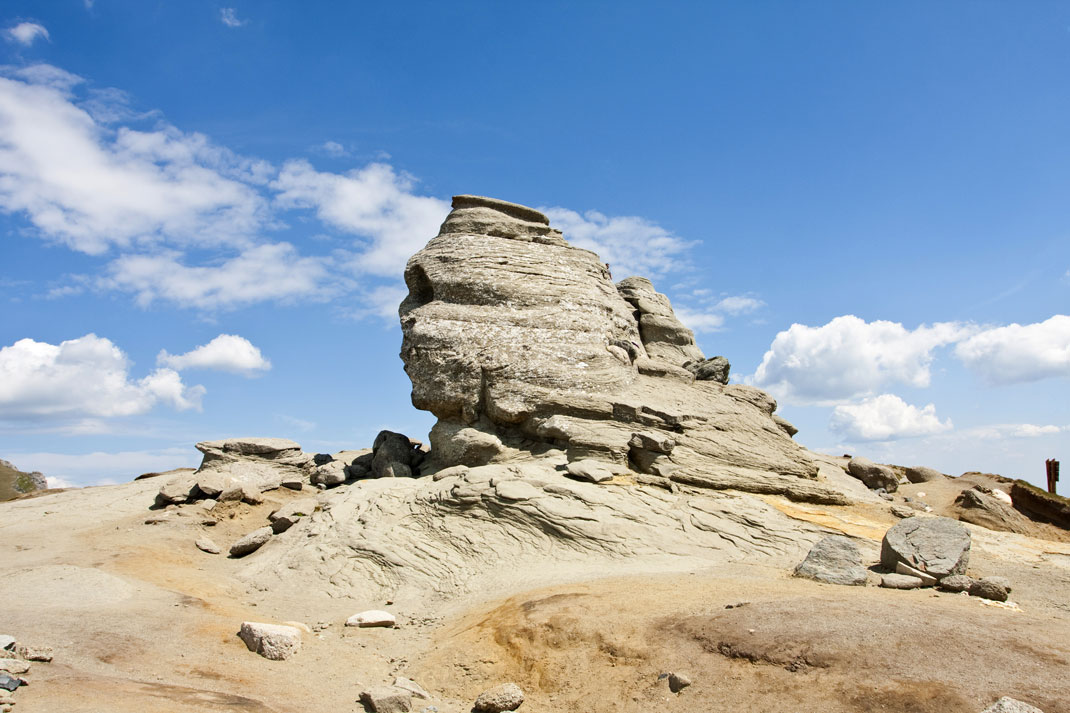 Le sphinx des Bucegi sous un soleil éclatant via Shutterstock