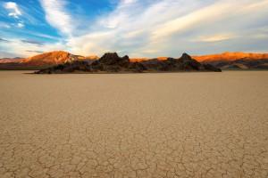 La Vallée de la mort au coucher de soleil via Shutterstock