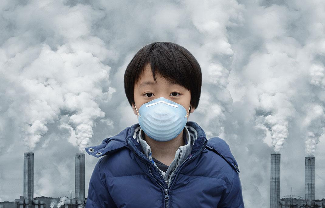 Un enfant portant un masque anti-pollution via Shutterstock