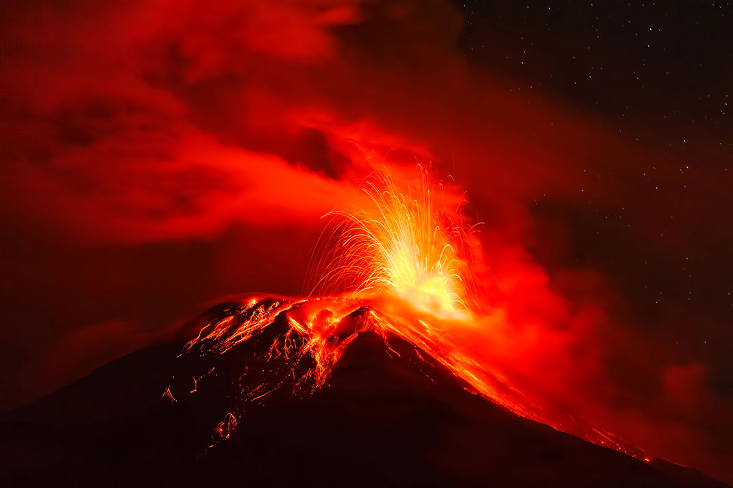 Un volcan en éruption via Shutterstock