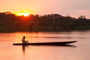 Un indien vogue sur l'Amazone via Shutterstock