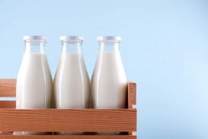 Des bouteilles de lait via Shutterstock