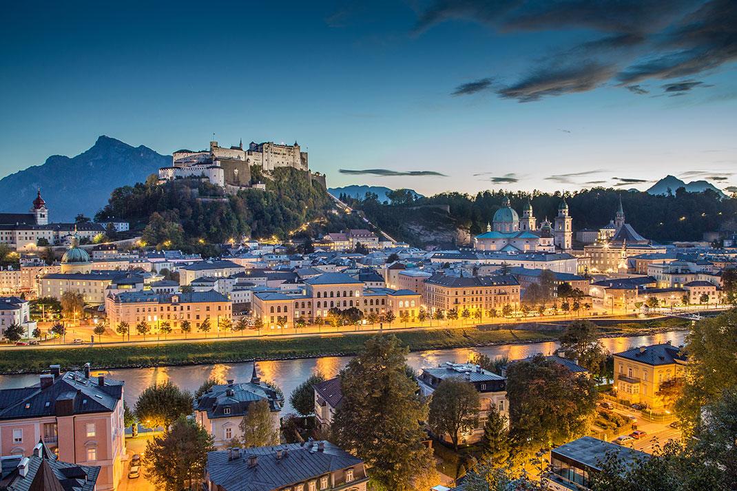 Salzbourg la nuit via Shutterstock