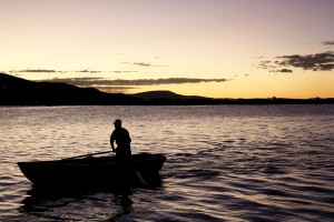 Un pêcheur sur le lac Titicaca via Shutterstock