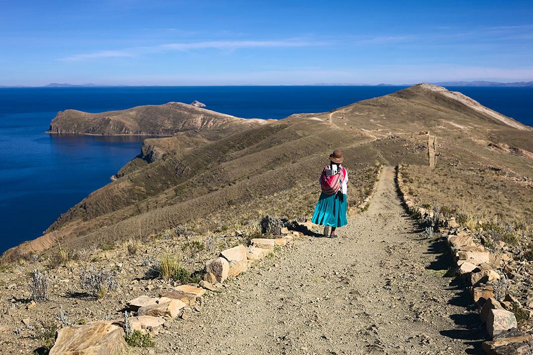 Une femme se promène près du lac Titicaca via Shutterstock