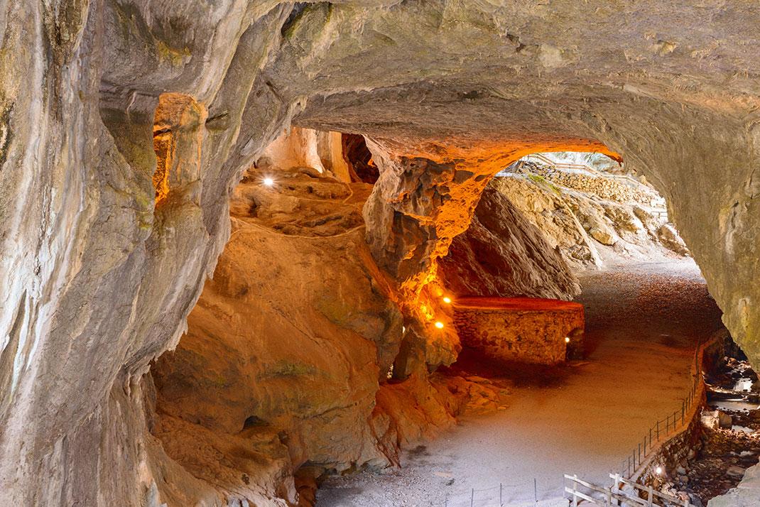 La grotte aux sorcières de Zugarramurdi via Shutterstock