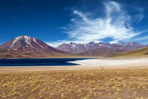 Des montagnes et le lagon dans le désert du Chili via Shutterstock