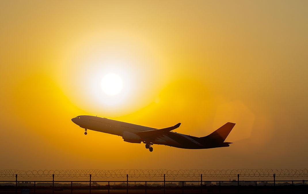 Un avion qui décolle via Shutterstock
