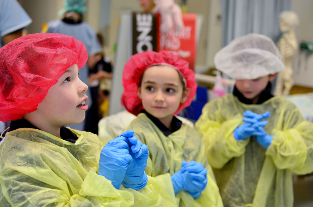 Des enfants en tenue de chirurgiens