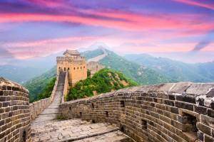 Un ciel rose surplombe la Grande Muraille de Chine via Shutterstock