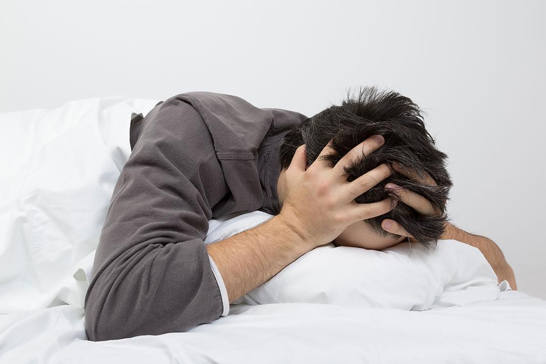 Un homme qui n'arrive pas à dormir via Shutterstock