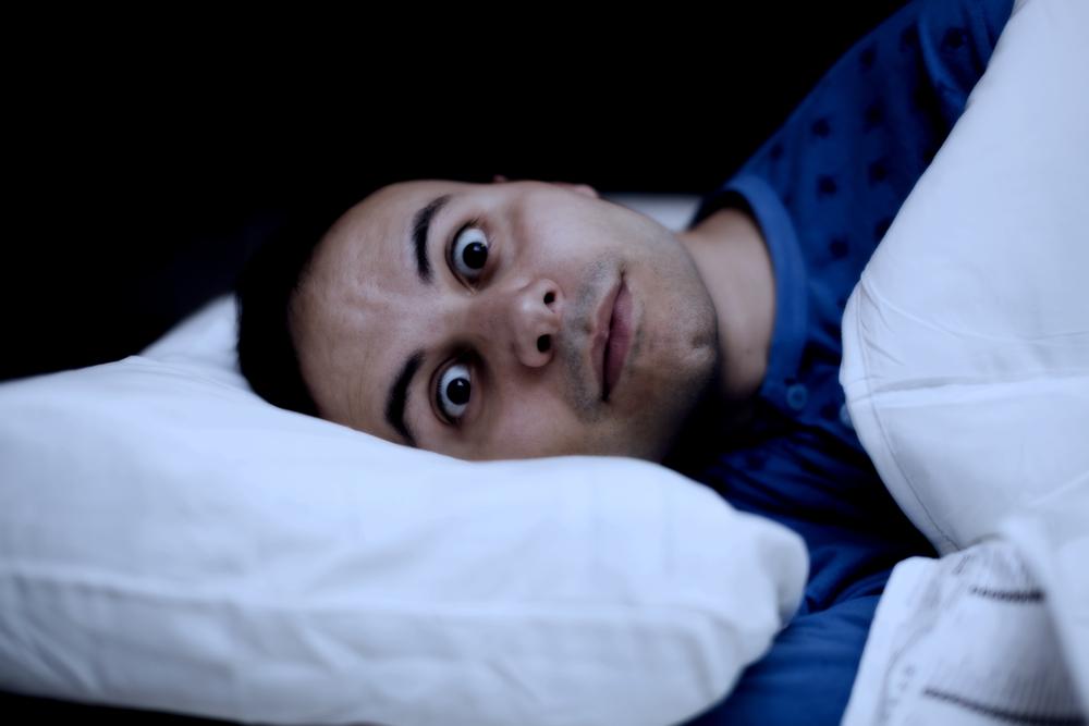 Portrait d'un homme qui se réveille en sursaut via Shutterstock