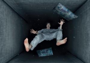 Un homme rêve qu'il est en train de tomber via Shutterstock