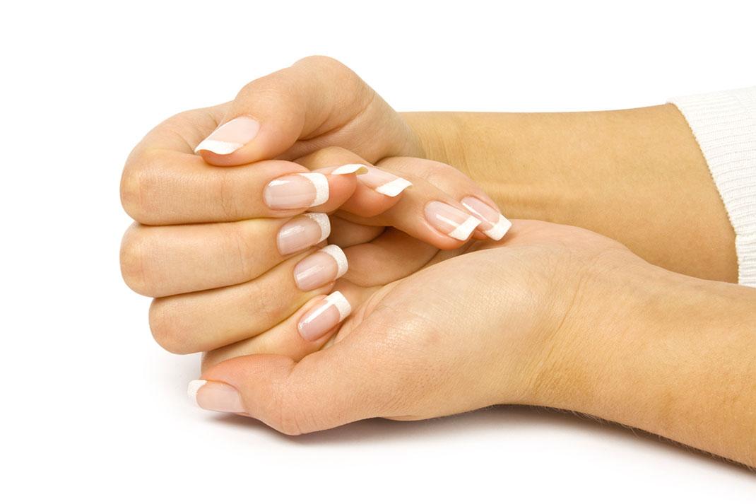 Les mains d'une femme via Shutterstock