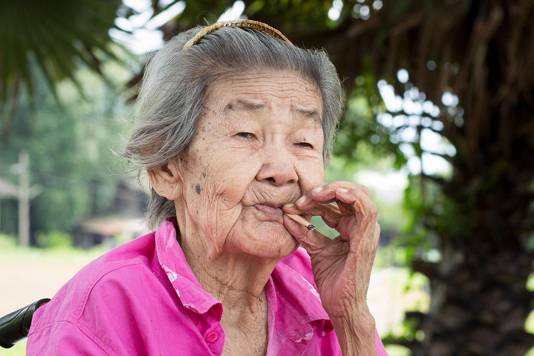 Mamie qui fume via Shutterstock