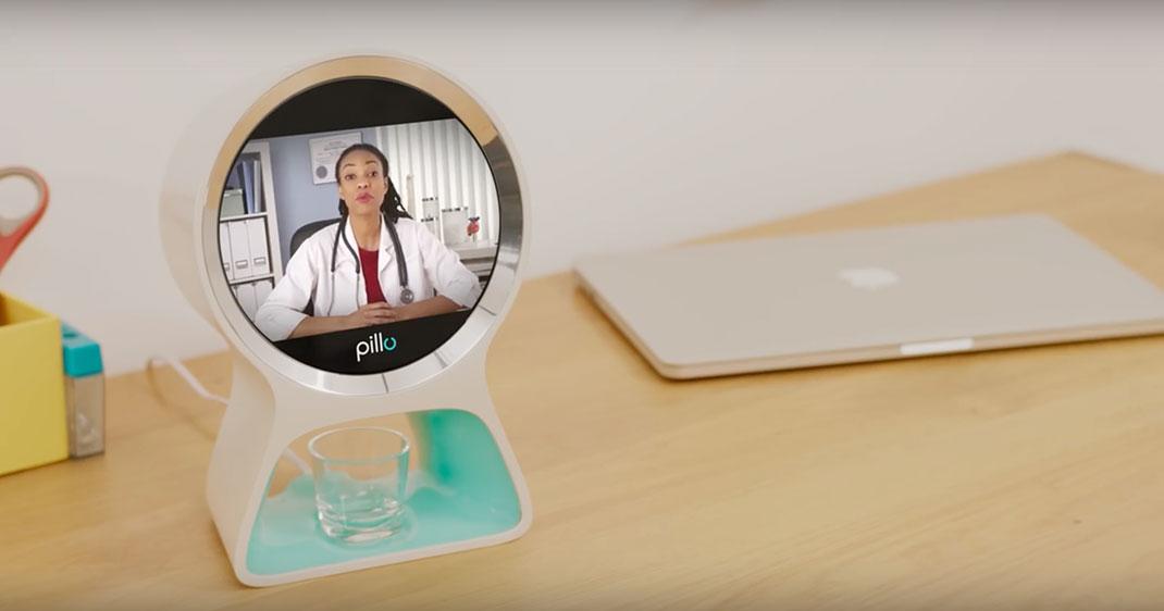 Pillo appelant un médecin grâce à sa connection au téléphone de l'utilisateur (Source: Youtube)