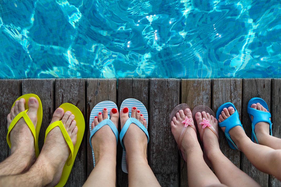 Une famille portant des tongs via Shutterstock