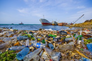 Des détritus polluent l'océan via Shutterstock