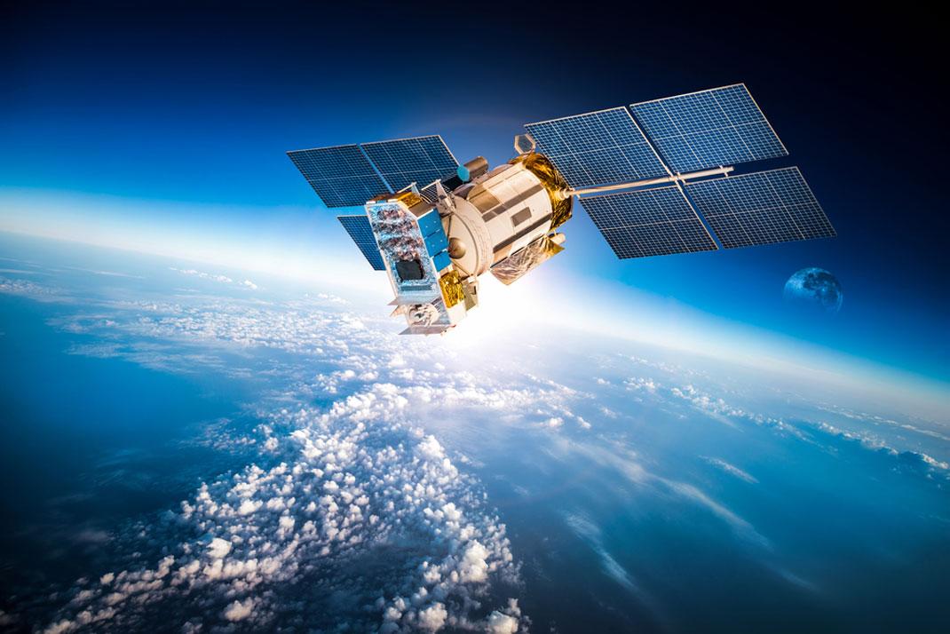 Un satellite dans l'espace via Shutterstock