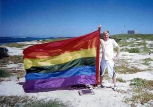 Dale Parker Anderson hisse le drapeau sur l'île