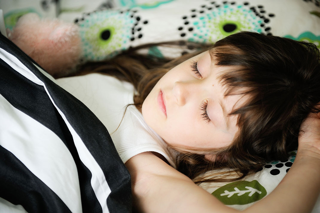 Une fillette qui dort via Shutterstock