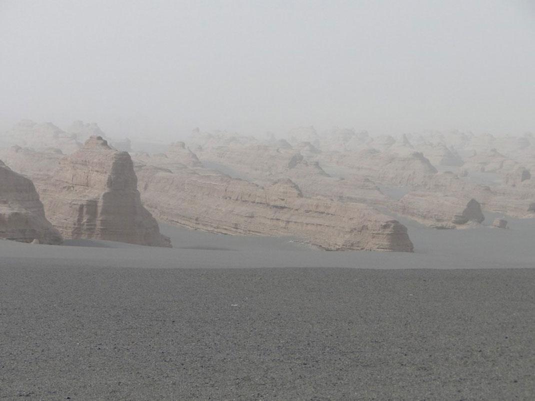Les bordures désertique proches de la ville chinoise de Dunhuang via Wikimédia by Leon petrosyan