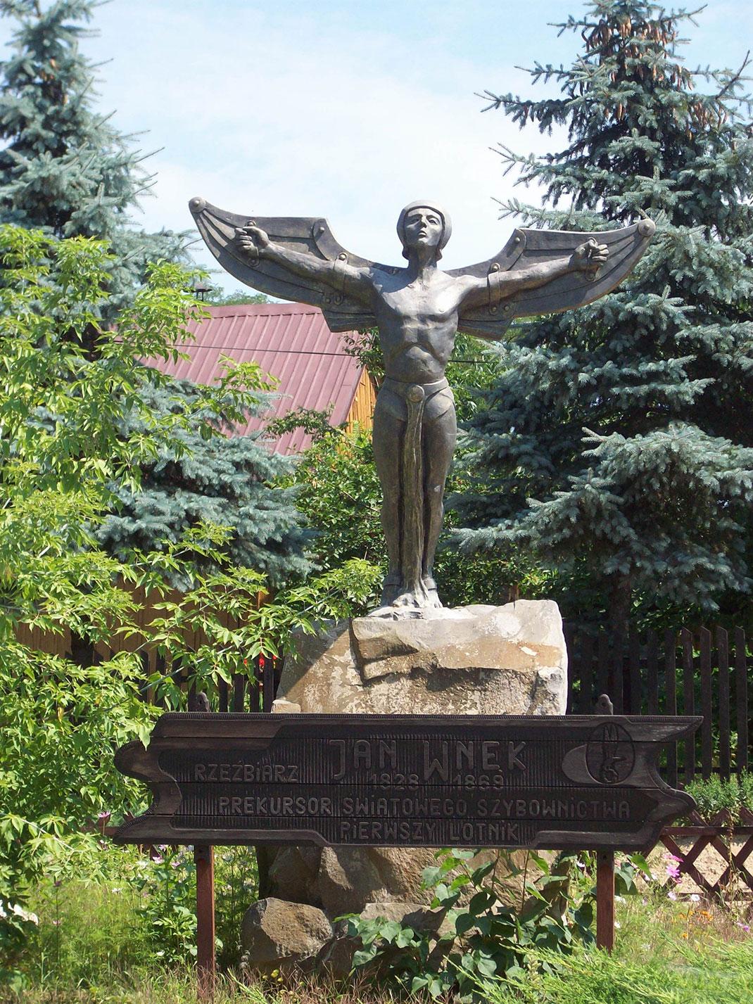 Une statue représentant le sculpteur via Wikimédia by Kauczuk