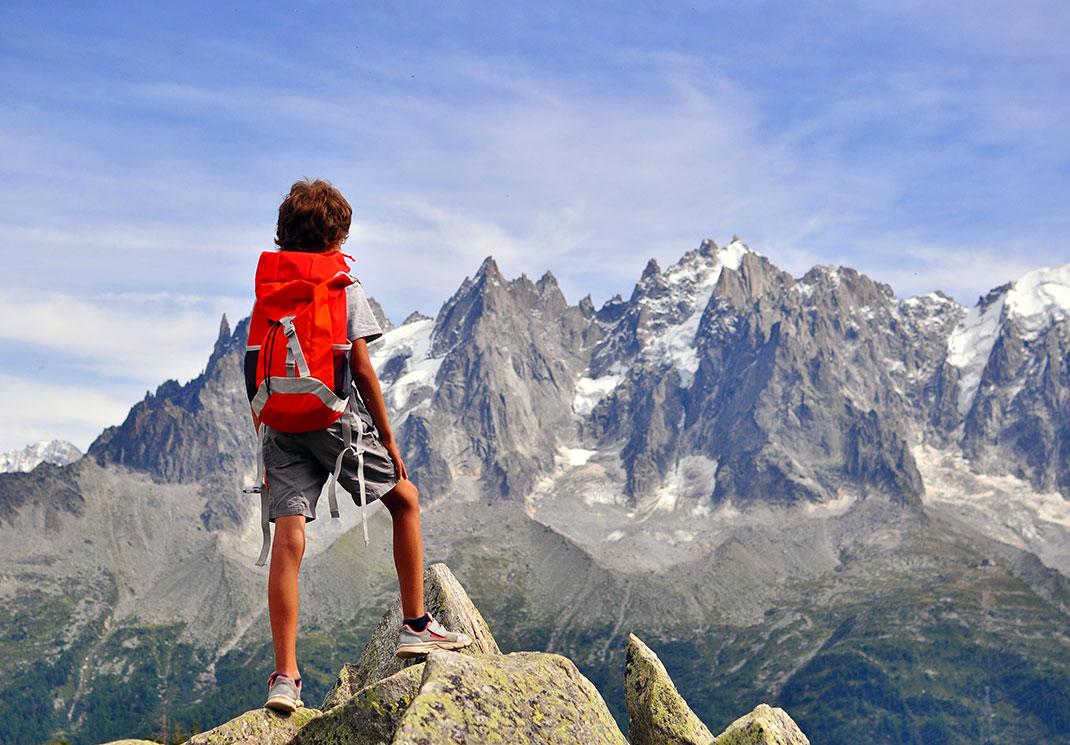 Un enfant regarde la montagne près de Chamonix en Haute-Savoie via Shutterstock