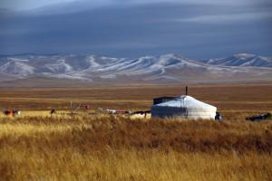 Une petite maison perdue dans les steppes mongoles via Shutterstock