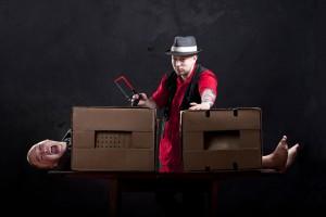 Un magicien sur le point de couper son assistante en deux via Shutterstock