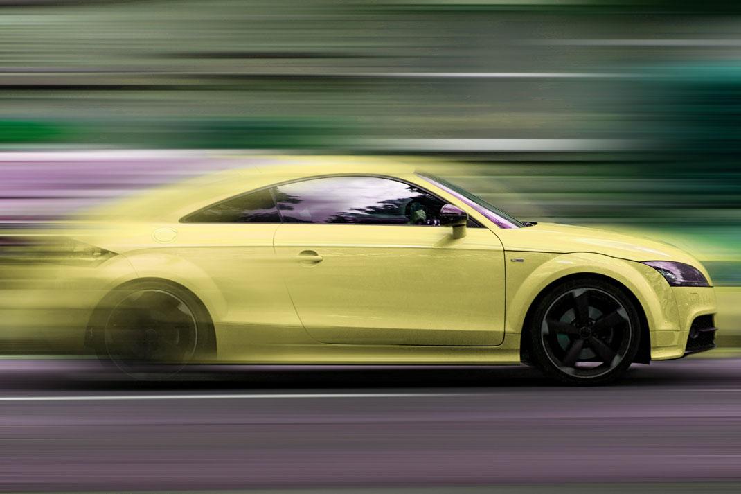 Une voiture fonçant à toute vitesse