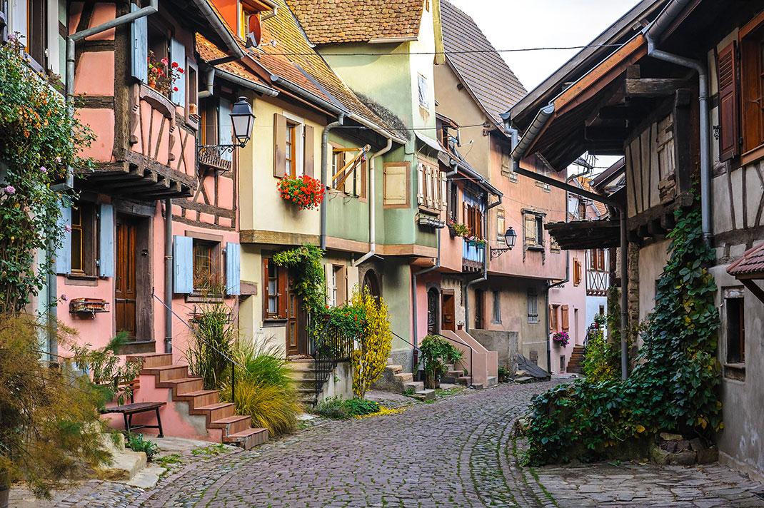 Une rue dans Eguisheim via Shutterstock