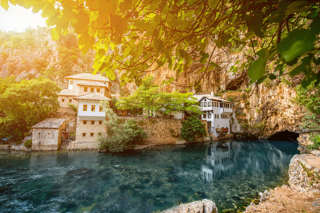 Le petit village de Vrelo Bune en Bosnie Herzégovine via Shutterstock