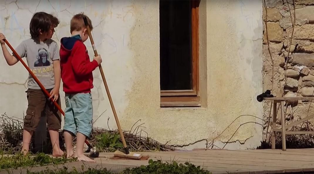 Les élèves participent aux tâches ménagères de l'école, ce qui permet de les responsabiliser