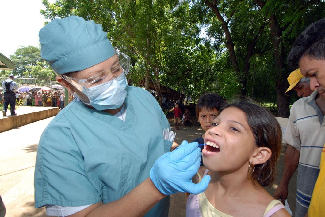 Un docteur pratique des soins dentaires sur une petite fille