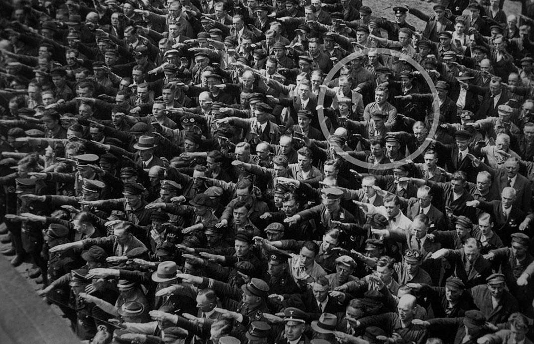 August Landmesser refusant de faire le salut nazi