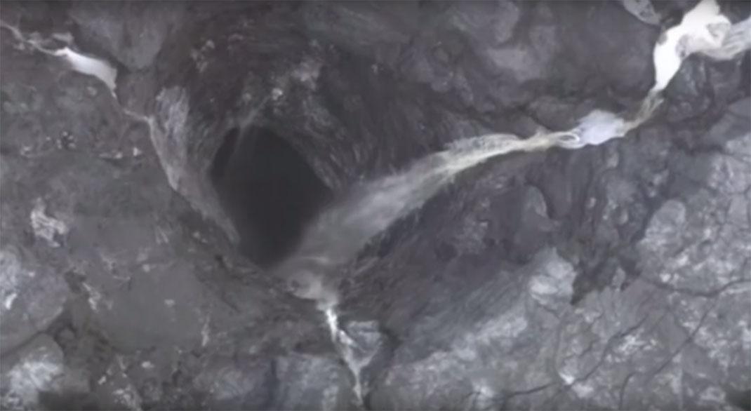De l'eau légèrement radioactive s'écoule dans ce trou de 14 kilomètres de diamètre