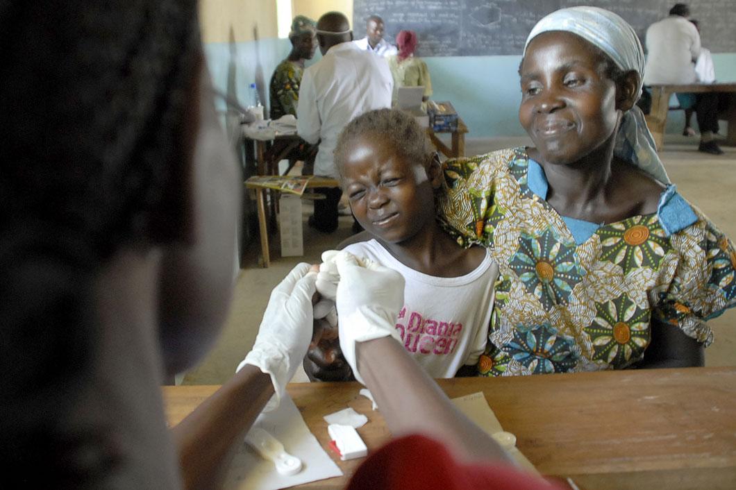 Une enfant et sa mère dans un centre médical
