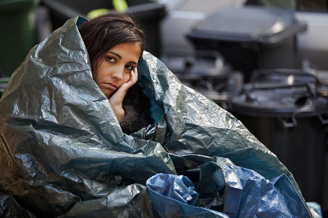 Une jeune femme sans-abri via Shutterstock
