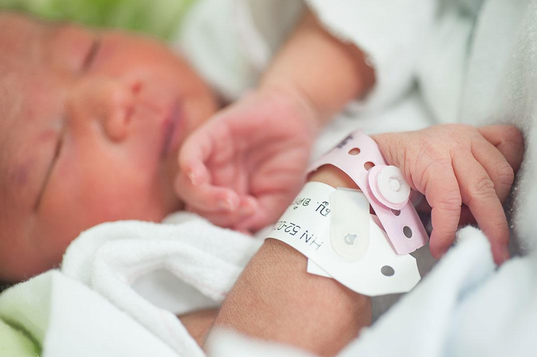 Un nouveau-né dans un hôpital via Shutterstock