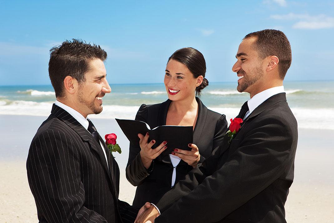 Un couple homosexuel se marie sur la plage via Shutterstock