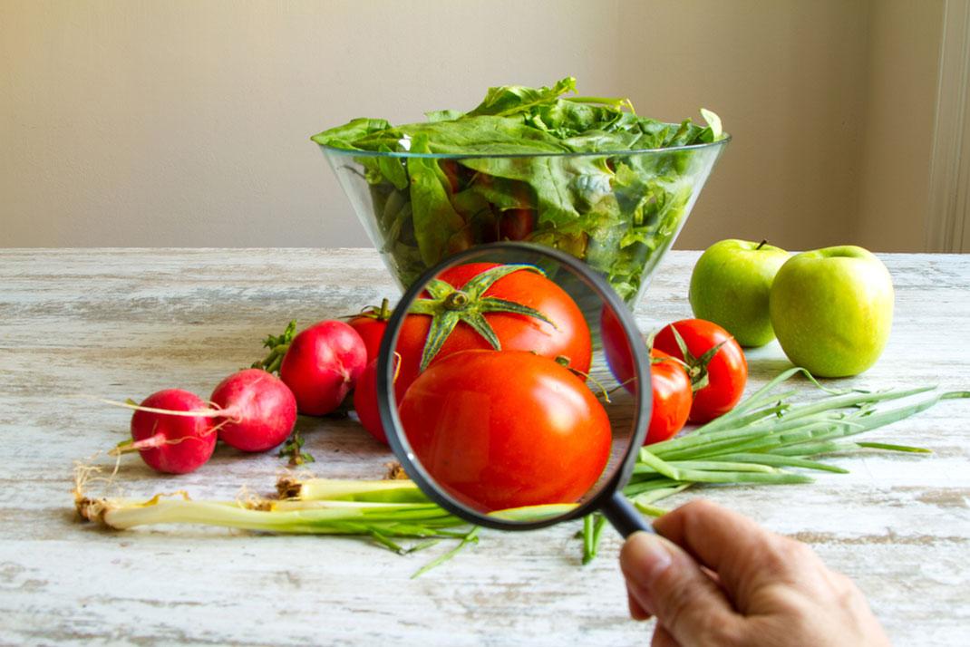 Des légumes biologiques examinés à la loupe via Shutterstock